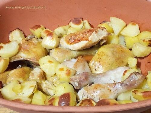 pollo cotto a pezzi nella terracotta